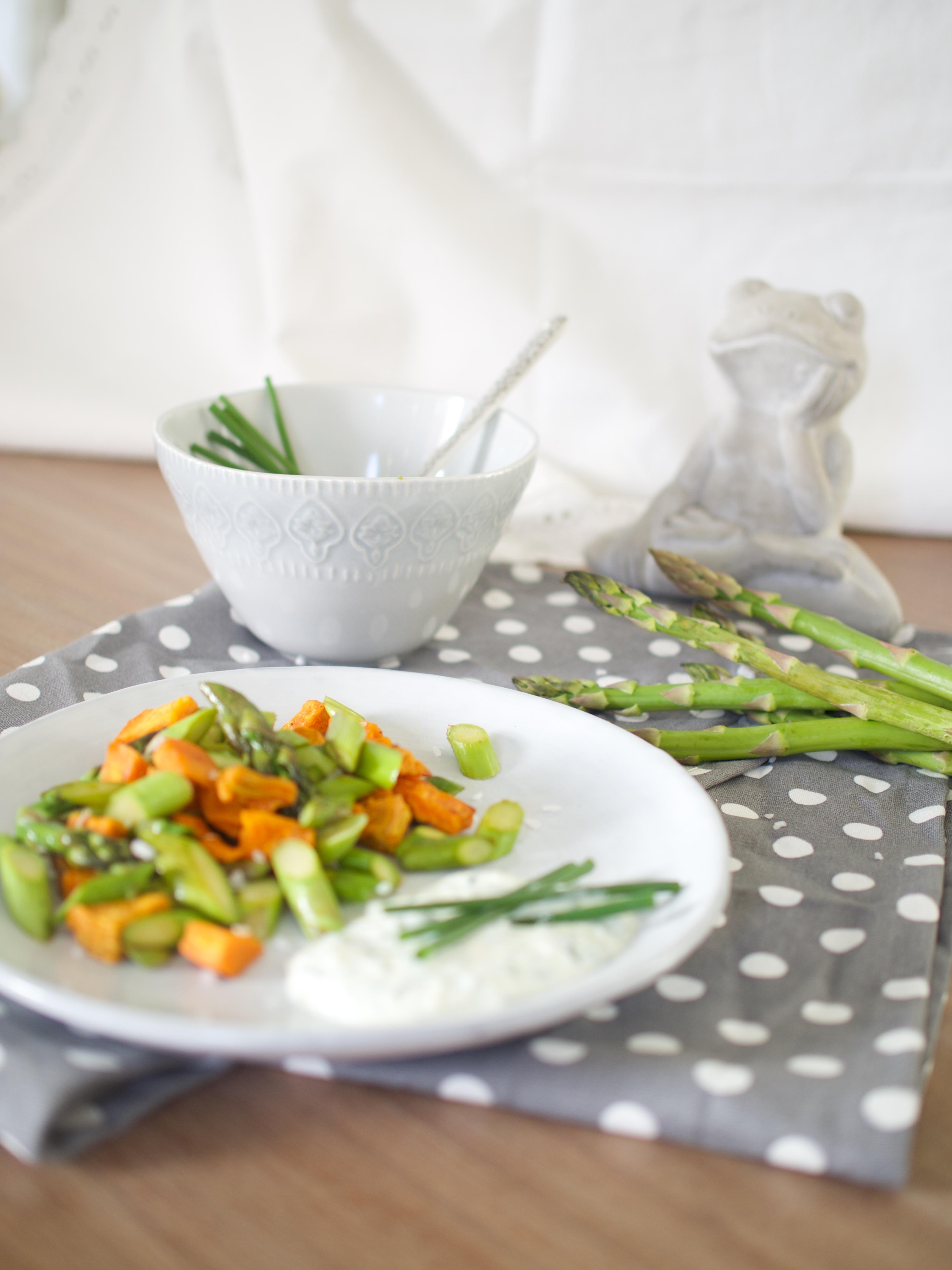 Schnelle, gesunde Rezepte für jeden Tag - grüner Spargel mit Süsskartoffeln und Kräuterquark!