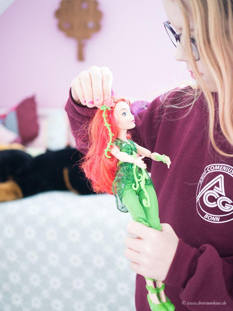 Neele ist gemeinsam mit Poison Ivy ein DC Super Hero Girl! Warner Bros DC Super Hero Girls!