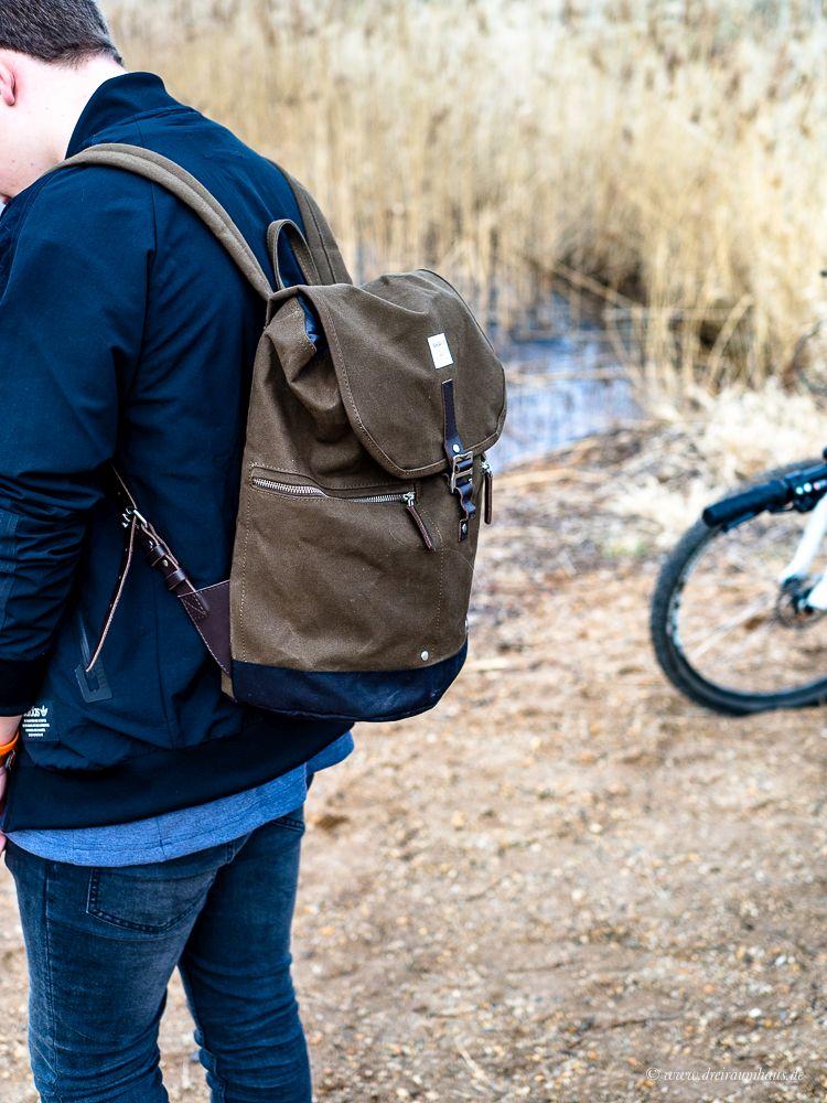 So peinlich bist Du gar nicht...Fashion für Hipster und Männer mit dem Onlineshop Majic aus Bonn. Hier seht Ihr Luca mit einem Rucksack von Sandqvist.
