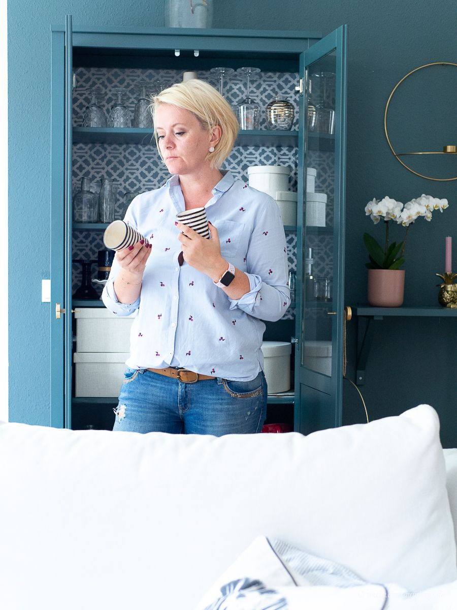 Diese Wohntrends sind 2019 angesagt...Dekosamstag: Ikea Hemnes Vitrine lackieren und mit Stoff beziehen! Möbel lackieren ohne abzuschleifen mit Farrow and Ball!