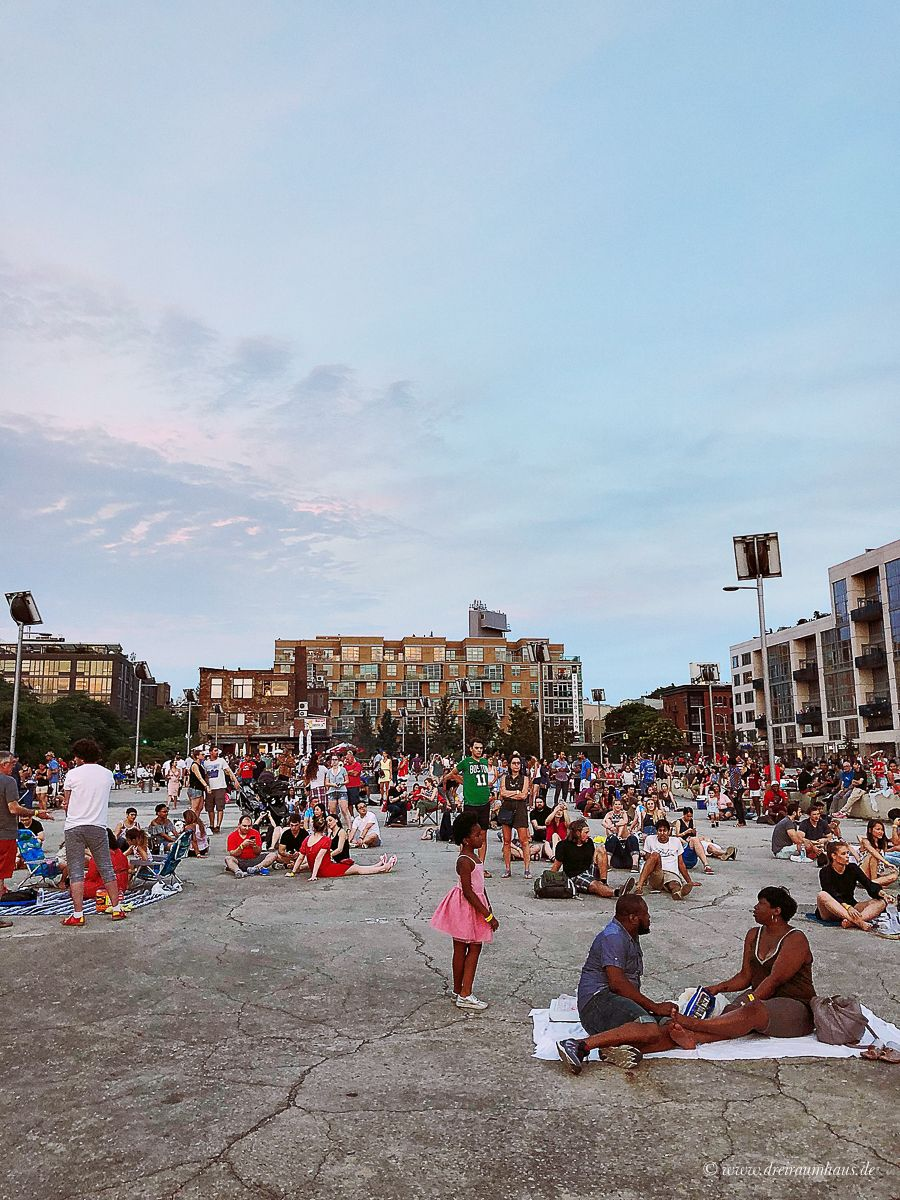 Im 2. Teil meines Travel Diarys in New York geht es um folgendes: Sommerferien in New York #2: Feuerwerk zum 04. Juli, Time Square, Whole Foods und Shopping bei GAP! Macys Feuerwerk in New York zum Unabhängigkeitstag in New York haben wir vom East River State Park in Williamsburg geschaut.