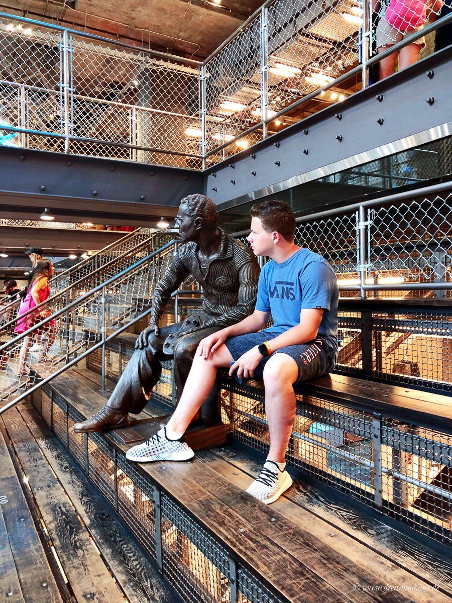 Alleine als Frau zu verreisen mit einem Kind oder besser gesagt einem Teenager ist ein Abenteuer, aber die Welt ist unser Zuhause...Reisepläne für 2019...So sahen unsere New York Attraktionen an Tag 6 aus: Empire State Building, 9/11 Museum, Dominique Ansel, Katz Delicatessen, Macys und Time Square bei Nacht. Für die 4 Stationen haben wir ca. 13 Stunden gebraucht. 20 km davon sind wir gelaufen und einen kleinen Teil haben wir mit Uber zurückgelegt.