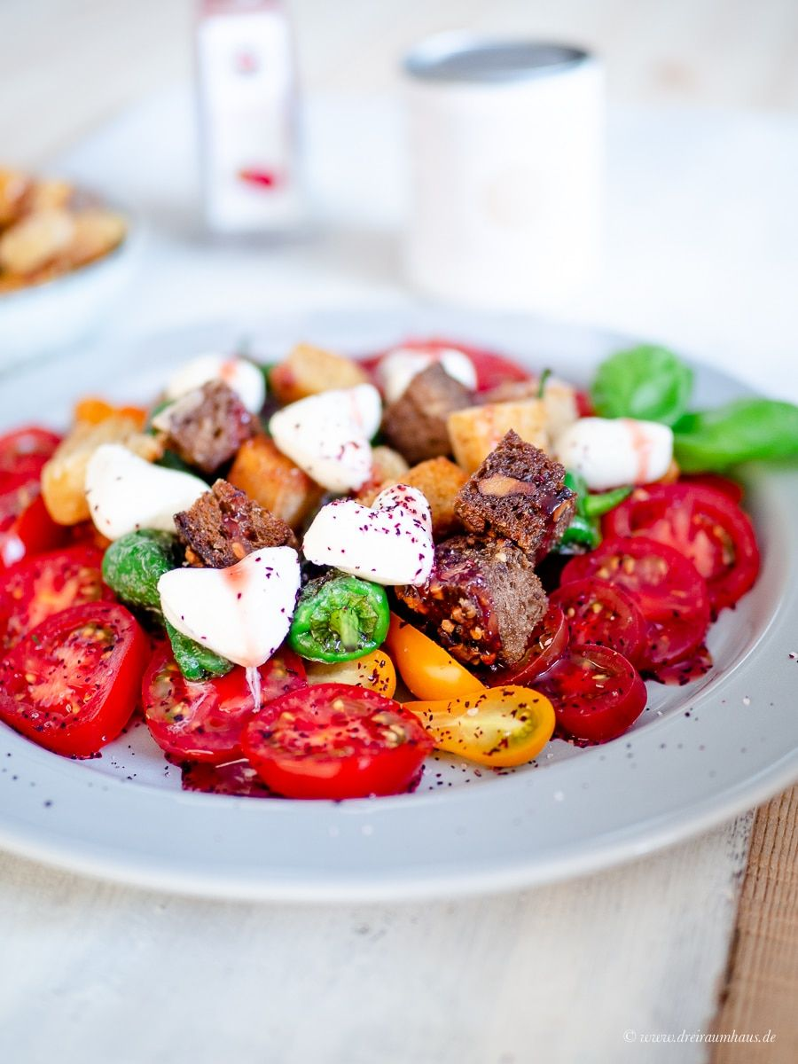 Küchengeflüster für den Alltag: Tomaten mit Mozzarella Herzen und geröstetem Brot!