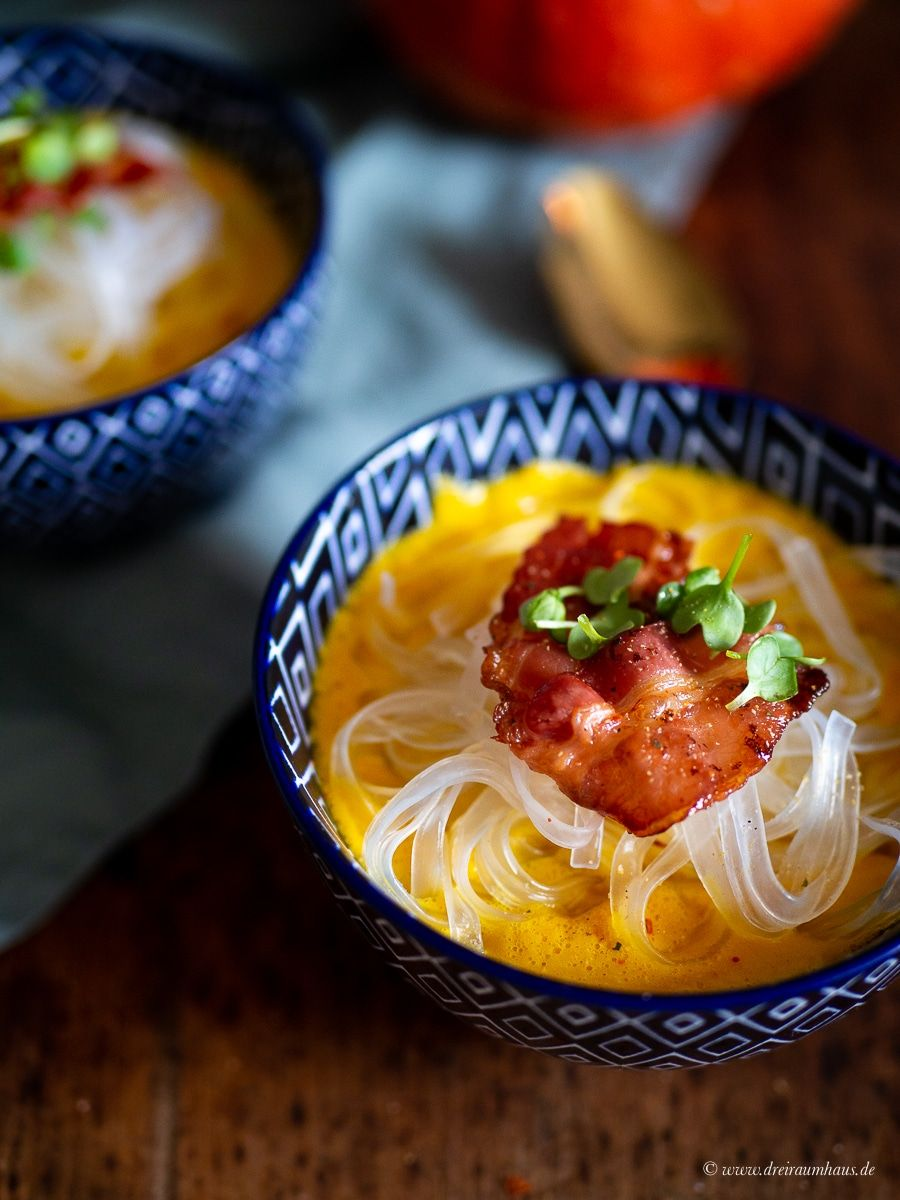 Kürbissuppe Asia Style mit Kokosmilch, Ingwer und Glasnudeln!