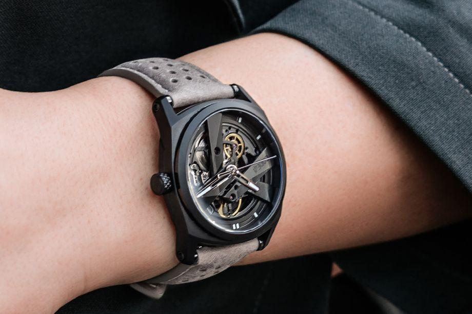 """Von der Damenarmbanduhr zur Unisex-Uhr Ursprünglich war das DAY41 Projekt voll und ganz den Frauen gewidmet. Wir haben mit der Zeit festgestellt, dass die Armbanduhr aber auch an den Handgelenken der Männer ein gutes Bild abgibt! Anscheinend verfallen viele Männer der Versuchung, ihren Frauen die Armbanduhr zu stibitzen. :) """"Mit unserem Ansatz einer Damenarmbanduhr haben wir eine elegante, geschlechtsneutrale Armbanduhr geschaffen, die alle zu überzeugen weiß."""" Ein exklusives Design entgegen aller Traditionen Mechanische Armbanduhren waren traditionsgemäß eine reine Männerdomäne. Die Mitwirkung tausender äußerst kreativer Frauen hat in Form des DAY41 Projekts bewiesen, dass auch Frauen sich für anspruchsvolle, aufwändige, mechanische Designs begeistern können. Im Grunde ist das Gehäuse simpel und elegant, während sowohl die Bandanstöße als auch die gekammerte Struktur der Armbanduhr ein solides, markantes und wiedererkennbares Erscheinungsbild verleihen. Das Openwork-Ziffernblatt wird zur Erweiterung des Uhrwerks und lässt die magische Mechanik sichtbar werden. Quarz oder mechanisches Uhrwerk? Der Großteil aller Damenarmbanduhren verfügt über ein elektronisches (batteriebetriebenes) Quarz-Uhrwerk. Jene Uhrwerke haben den Vorteil, vergleichsweise günstig und klein zu sein, wobei die Batterien jedoch ein Problem für die Umwelt darstellen. Außerdem fehlt es solchen Uhrwerken an der Magie und Schönheit ihres mechanischen Pendants. """"Ein mechanisches Uhrwerk hat dieses gewisse Extra, das die Zeit so magisch macht."""""""