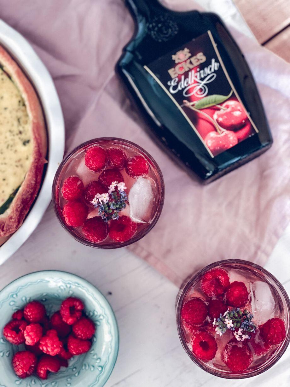 Muttertag mit Kirschlikör Gin Tonic, einer Lachs-Spargel-Quiche und Kirschblüten Freebies zum Download...